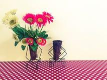 Βάζο λουλουδιών στο άνευ ραφής σχέδιο με το μεγάλο κόκκινο ύφασμα σημείων Πόλκα στοκ εικόνα