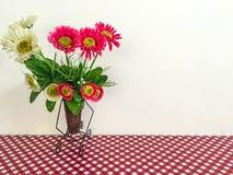 Βάζο λουλουδιών στο άνευ ραφής σχέδιο με το μεγάλο κόκκινο ύφασμα σημείων Πόλκα στοκ εικόνες με δικαίωμα ελεύθερης χρήσης
