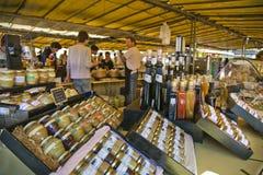 Βάζο μαρμελάδας και μελιού στην αγορά στη Γαλλία στοκ φωτογραφία με δικαίωμα ελεύθερης χρήσης