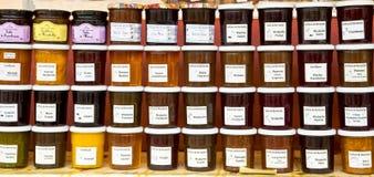 Βάζο μαρμελάδας και μελιού στην αγορά στη Γαλλία στοκ εικόνες με δικαίωμα ελεύθερης χρήσης