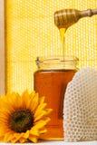 βάζο μελιού λουλουδιών ανασκόπησης κίτρινο στοκ φωτογραφία