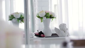 Βάζο με τα λουλούδια και statuette Cupid απόθεμα βίντεο