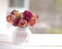 βάζο με τα τριαντάφυλλα στον πίνακα Στοκ Εικόνες