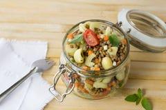Βάζο με τη σαλάτα των λαχανικών, των ζυμαρικών και των φακών Στοκ Φωτογραφίες