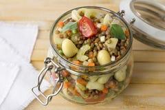 Βάζο με τη σαλάτα των λαχανικών, των ζυμαρικών και των φακών Στοκ εικόνες με δικαίωμα ελεύθερης χρήσης