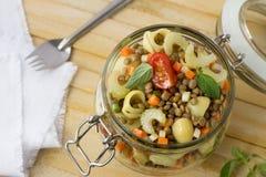 Βάζο με τη σαλάτα των λαχανικών, των ζυμαρικών και των φακών Στοκ Φωτογραφία