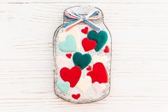 Βάζο με τις ζωηρόχρωμες καρδιές μπισκότων στο άσπρο αγροτικό ξύλινο backgroun Στοκ φωτογραφία με δικαίωμα ελεύθερης χρήσης