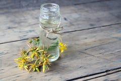 Βάζο με το πετρέλαιο hypericums Στοκ εικόνα με δικαίωμα ελεύθερης χρήσης
