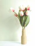 Βάζο με το όμορφο εσωτερικό ντεκόρ λουλουδιών με το εκλεκτής ποιότητας χρώμα φίλτρων Στοκ Φωτογραφίες