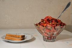 Βάζο με το vinaigrette και ένα πιάτο του ψωμιού στον πίνακα Στοκ φωτογραφία με δικαίωμα ελεύθερης χρήσης