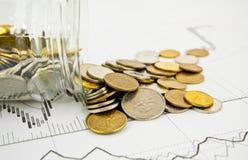 βάζο νομισμάτων που ανατρέπεται Στοκ φωτογραφίες με δικαίωμα ελεύθερης χρήσης
