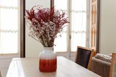 Βάζο λουλουδιών στον πίνακα στοκ φωτογραφία με δικαίωμα ελεύθερης χρήσης