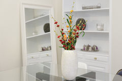 Βάζο λουλουδιών στον πίνακα στοκ εικόνα