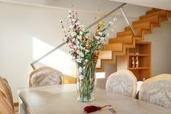 Βάζο λουλουδιών στον πίνακα Στοκ Φωτογραφίες