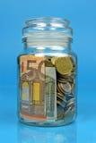 Βάζο που γεμίζουν με τα χρήματα Στοκ φωτογραφίες με δικαίωμα ελεύθερης χρήσης