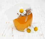 Βάζο του μελιού με camomile Στοκ φωτογραφία με δικαίωμα ελεύθερης χρήσης