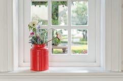 Βάζο του λουλουδιού με το πλαίσιο παραθύρων στοκ φωτογραφία