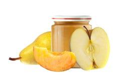 Βάζο του πουρέ μωρών, του φρέσκου μήλου, του ροδάκινου και του αχλαδιού που απομονώνονται στο λευκό Στοκ εικόνα με δικαίωμα ελεύθερης χρήσης