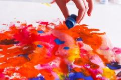 Βάζο χρωμάτων στα χέρια Καλλιτέχνης που δημιουργεί τη ζωγραφική watercolor Στοκ Εικόνα