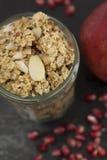 Βάζο Granola με τους σπόρους ροδιών στοκ εικόνες με δικαίωμα ελεύθερης χρήσης