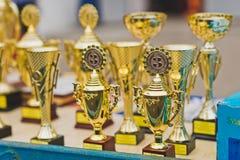 Βάθρο με τα φλυτζάνια και τα βραβεία σε αναμονή για τους νικητές 1263 Στοκ Φωτογραφίες