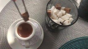 Βάλτε έναν κύβο της ζάχαρης στον καφέ απόθεμα βίντεο