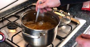 Βάλτε τα ζυμαρικά στο τηγάνι απόθεμα βίντεο