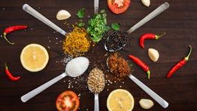 Βάλτε την επίπεδη ανώτατη εικόνα χορταριών & πινάκων καρυκευμάτων - δελτίο τροφίμων 16:9 Στοκ εικόνα με δικαίωμα ελεύθερης χρήσης