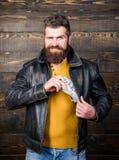 Βάναυσα γενειοφόρα σακάκι δέρματος ένδυσης hipster ατόμων και χρήματα μετρητών λαβής Επιχείρηση μαφίας Παράνομο κέρδος και μαύρα  στοκ φωτογραφία με δικαίωμα ελεύθερης χρήσης