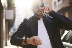 Βάναυσος τύπος σε ένα σακάκι και τα γυαλιά ηλίου δέρματος Στοκ Εικόνα
