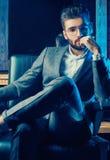 Βάναυσο άτομο στο κομψό κοστούμι και γυαλιά στο barbershop Στοκ φωτογραφία με δικαίωμα ελεύθερης χρήσης