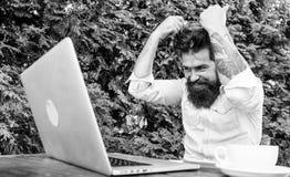 Βάναυσο γενειοφόρο διάλειμμα ανάγκης hipster E λύστε το πρόβλημα προθεσμία πολλή εργασία Ματαιωμένο γραφείο στοκ φωτογραφία με δικαίωμα ελεύθερης χρήσης