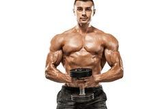 Βάναυσο ισχυρό μυϊκό αθλητικό άτομο bodybuilder που αντλεί επάνω τους μυς με τον αλτήρα στο άσπρο υπόβαθρο workout στοκ φωτογραφία