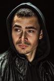 Βάναυσο πορτρέτο ενός νεαρού άνδρα σε μια κουκούλα Στοκ εικόνες με δικαίωμα ελεύθερης χρήσης