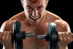 Βάναυσο bodybuilder που κάνει τις ασκήσεις αλτήρων στοκ φωτογραφία με δικαίωμα ελεύθερης χρήσης