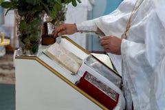 Βάπτισμα ενός παιδιού στην ουκρανική Ορθόδοξη Εκκλησία Στοκ Εικόνες