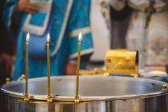 Βάπτισμα στην εκκλησία, κεριά στη βαπτιστική πηγή παιδιών Λεπτομέρειες στην ορθόδοξη χριστιανική εκκλησία Στοκ Εικόνες
