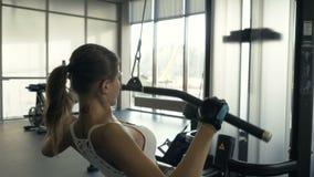 Βάρη ανύψωσης αθλητριών στον εξοπλισμό άσκησης ικανότητας στο εσωτερικό λεσχών υγείας φιλμ μικρού μήκους