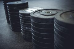 Βάρη που τακτοποιούνται στη γυμναστική Στοκ φωτογραφίες με δικαίωμα ελεύθερης χρήσης