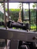 Βάρη, πολλά μαύρος αλτήρας στο δωμάτιο & x28 ικανότητας γυμναστική, ικανότητα, equipment& x29  Στοκ Φωτογραφίες