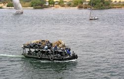 Βάρκα αποβλήτων στο μηδέν ποταμών Στοκ φωτογραφία με δικαίωμα ελεύθερης χρήσης