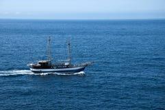 Βάρκα από την περιτοιχισμένη πόλη Dubrovnic στην Κροατία Ευρώπη Το Dubrovnik παρονομάζεται το μαργαριτάρι ` της Αδριατικής Στοκ Εικόνες