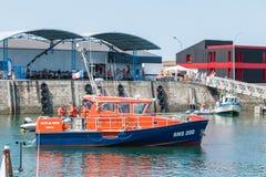 Βάρκα από τις ακτοφυλακές επιχείρησης στη θάλασσα στοκ φωτογραφία με δικαίωμα ελεύθερης χρήσης