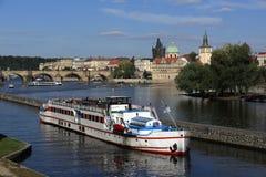Βάρκα ατμού, μικρότερος παλαιός πύργος πόλης γεφυρών, γέφυρα του Charles, Moldau, Πράγα, Δημοκρατία της Τσεχίας Στοκ Φωτογραφίες