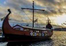 Βάρκα Βίκινγκ στο ηλιοβασίλεμα Στοκ Εικόνα