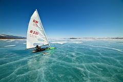 Βάρκα για ο παγωμένος πάγος σε μια όμορφη λίμνη σε ένα υπόβαθρο του μπλε ουρανού Στοκ εικόνες με δικαίωμα ελεύθερης χρήσης