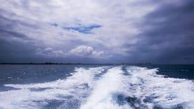 Βάρκα-γύρος στον ωκεανό κατά τη διάρκεια μιας νεφελώδους ημέρας στοκ εικόνα