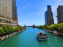 Βάρκα γύρου που ταξιδεύει στον ποταμό του Σικάγου στοκ εικόνες