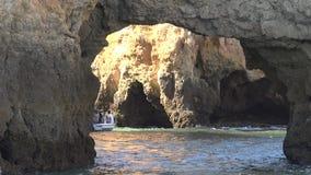 Βάρκα γύρου στο σπήλαιο ή το grotto φιλμ μικρού μήκους