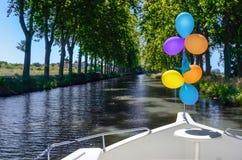 Βάρκα διακοπών με τα μπαλόνια στο κανάλι du Midi, κρουαζιέρα ποταμών οικογενειακού ταξιδιού από το penichette φορτηγίδων, διακοπέ Στοκ φωτογραφία με δικαίωμα ελεύθερης χρήσης